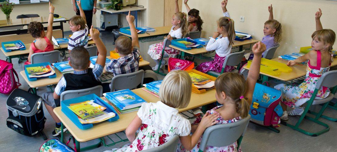 Schulkinder mit ihrer Lehrerin Barbara Heller im Klassenzimmer, aufgenommen am 4. August 2012 in Briesen. (Foto: dpa)