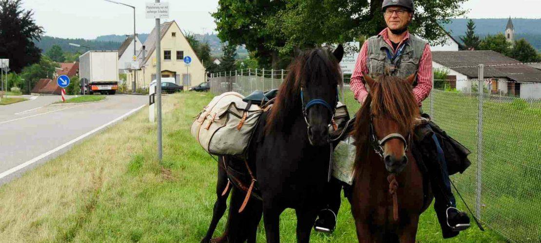Cooler Opa reitet zum Enkel
