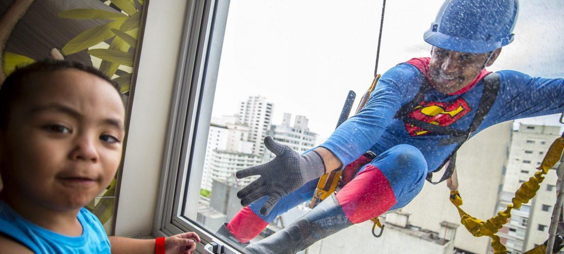 Superman putzt Fenster