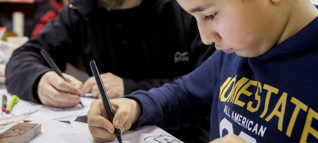 Der Zeichner Miguel Riveros und der 9-jährige Imran haben mit anderen ein Comic gezeichnet. (Foto: Michael Bause)