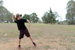 Billy Rosaguti wirft einen Bumerang. (Foto: dpa)