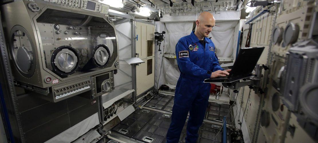 Der deutsche Astronaut Alexander Gerst arbeitet bei der ESA (European Space Agency) im Trainingsmodul vom Weltraumlabor Columbus.