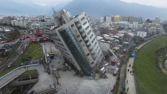 Das nach einem Erdbeben schwer beschädigte Yuntsui Building steht schief. (Foto: dpa)