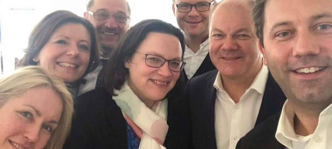 Politikern von der SPD zeigen ihre Freude mit einem Selfie: Sie sind fertig mit langen Verhandlungen. (Foto: dpa)
