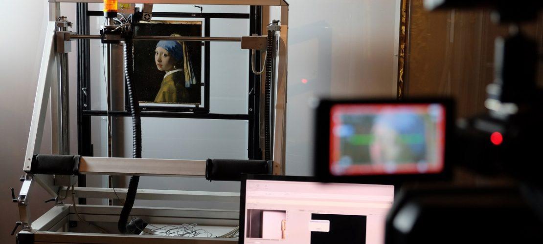 Das Gemälde «Das Mädchen mit dem Perlenohrring» vom niederländischen Maler Johannes Vermeer wird mit einem Macro XRF Scanner gescannt. (Foto: dpa)
