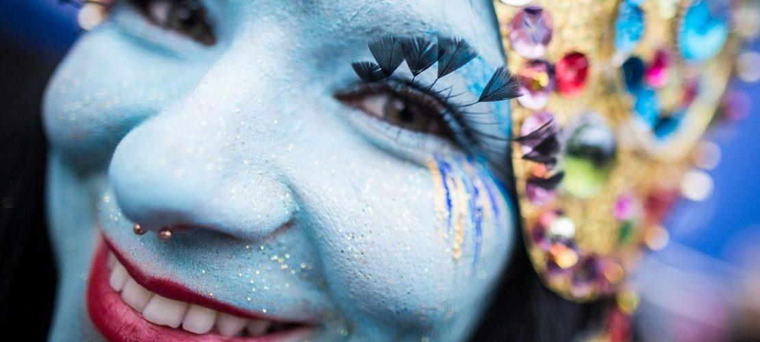 Als indische Göttin braucht man natürlich jede Menge blaue Farbe. (Foto: dpa)