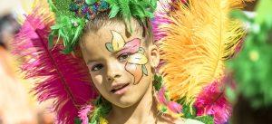 ARCHIV - In bunten und fantasievollen Kostümen ziehen die Teilnehmer eines Kinderkarnevalsumzuges am 26.02.2017 durch die Straßen von Sitges in Spanien. (Foto: dpa)