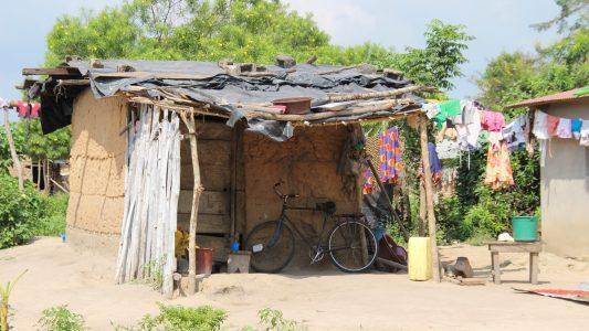 Typische Häuser im Dorf Affiakounou, dessen Bewohner vom Kakaoanbau leben. Das Dorf liegt im Süden der Elfenbeinküste. Viele Menschen im Land Elfenbeinküste sind arm und leben in solchen Häusern. ACHTUNG: Honorarfrei nur für Bezieher des Dienstes dpa-Nachrichten für Kinder. Foto: Jürgen Bätz/dpa - Honorarfrei nur für Bezieher des Dienstes dpa-Nachrichten für Kinder +++ dpa-Nachrichten für Kinder +++