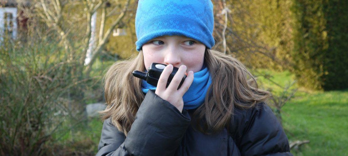 Katharina spricht in ihr Walkie-Talkie. (Foto: dpa)