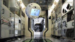 Die von Airbus zur Verfügung gestellte Fotomontage zeigt wie der Assistenzroboter Cimon durch die ISS fliegen könnte. (Foto: dpa)