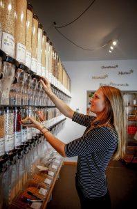 Gläser mit Lebensmitteln reihen sich im Unverpackt-Laden aneinander. (Thilo Schmülgen)