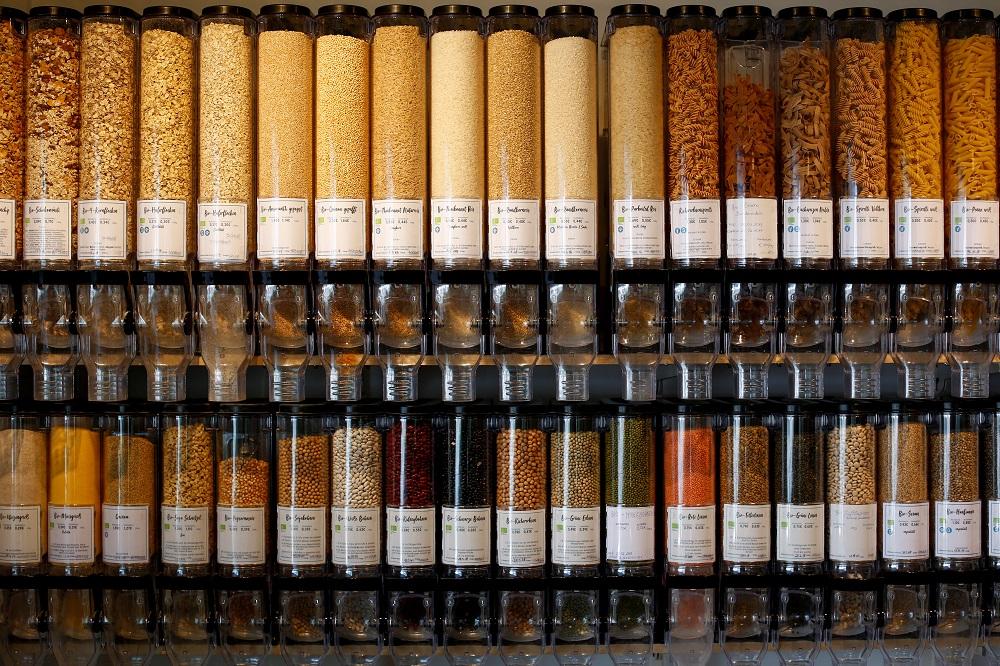 Bunte Säulen mit allerlei Lebensmitteln - im Unverpackt-Laden in Köln steckt alles in Gläsern. (Foto: Thilo Schmülgen)