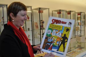 Susanne Flimm zeigt ein wertvolles Spiderman-Heft. (Foto: Jenny Wagner)