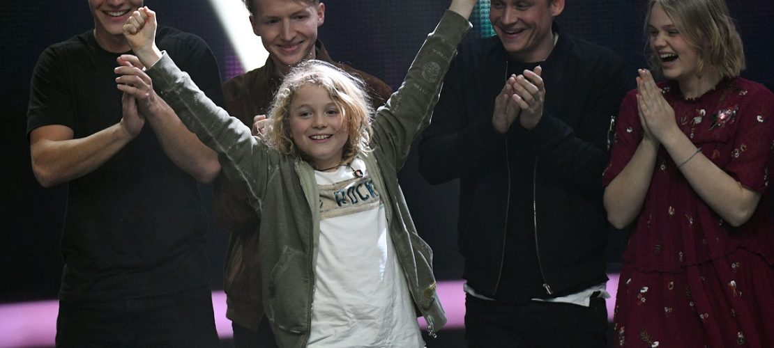 Der Pate Wincent Weiss, Kandidat Leon, Pate Matthias Schweighöfer und Kandidatin Julia (l-r) bejubeln beim Finale der KIKA Castingshow