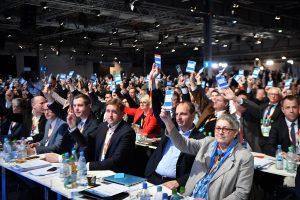 Die CDU-Delegierten stimmen beim 30. Parteitag der Christlich Demokratischen Union Deutschlands (CDU) ab. (Foto: dpa)