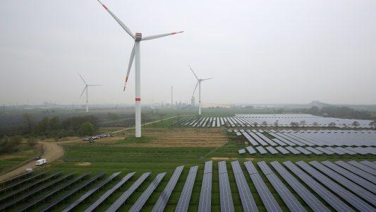 Eine Solaranlage und Windräder sind am 25.04.2015 in Büttel, Schleswig-Holstein, zu sehen.