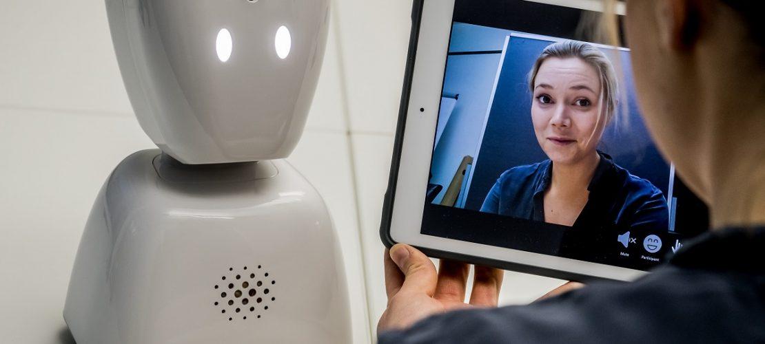 Die norwegische Entwicklerin Karen Dolva zeigt am 07.03.2018 ihren Roboter AV1 in Berlin. (Foto: dpa)