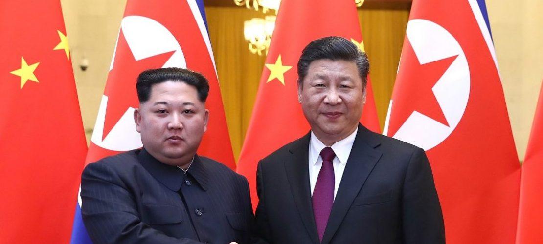 Links im Bild ist Kim Jong Un zu sehen, daneben steht Xi Jinping. Foto: Ju Peng/XinHua/dpa