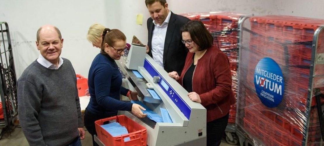 Olaf Scholz (l-r), Kommissarischer Parteivorsitzender der SPD, Lars Klingbeil, SPD-Generalsekretär, und Andrea Nahles, Fraktionsvorsitzende der SPD-Bundestagsfraktion, beobachten in der SPD-Parteizentrale, dem Willy-Brandt-Haus das öffnen der Briefwahlunterlagen zum Mitgliedervotum der Parteimitglieder zur großen Koalition mit CDU und CSU. (Foto: dpa)
