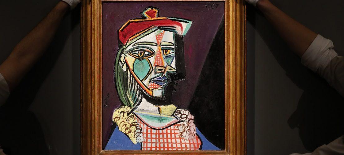 Mitarbeiter des Auktionshauses Sotheby's zeigen ein Portrait des spanischen Künstlers Pablo Picasso mit dem Titel