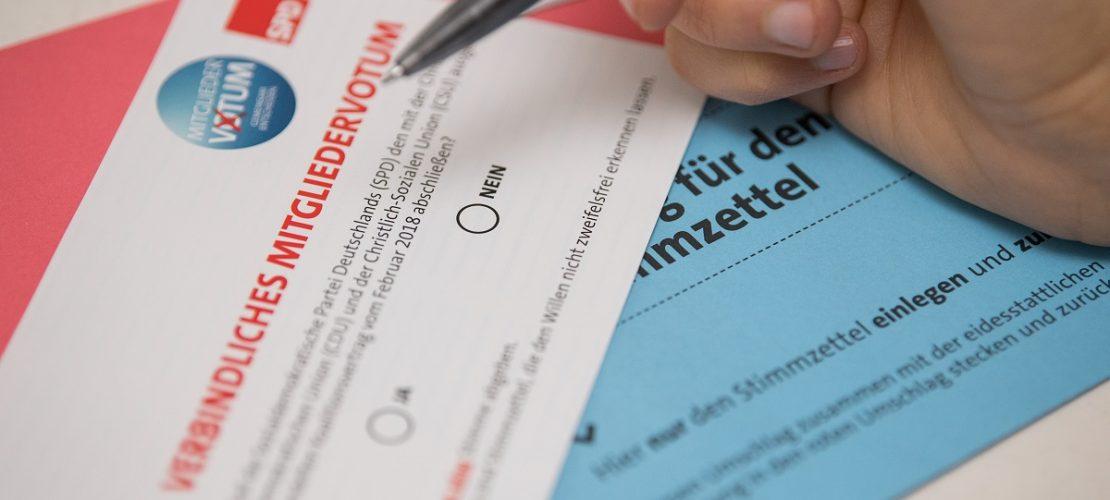 Ein SPD-Mitglied schaut sich seine Unterlagen für das SPD-Mitgliedervotum zur Bildung einer Großen Koalition (Groko) mit der Union an.