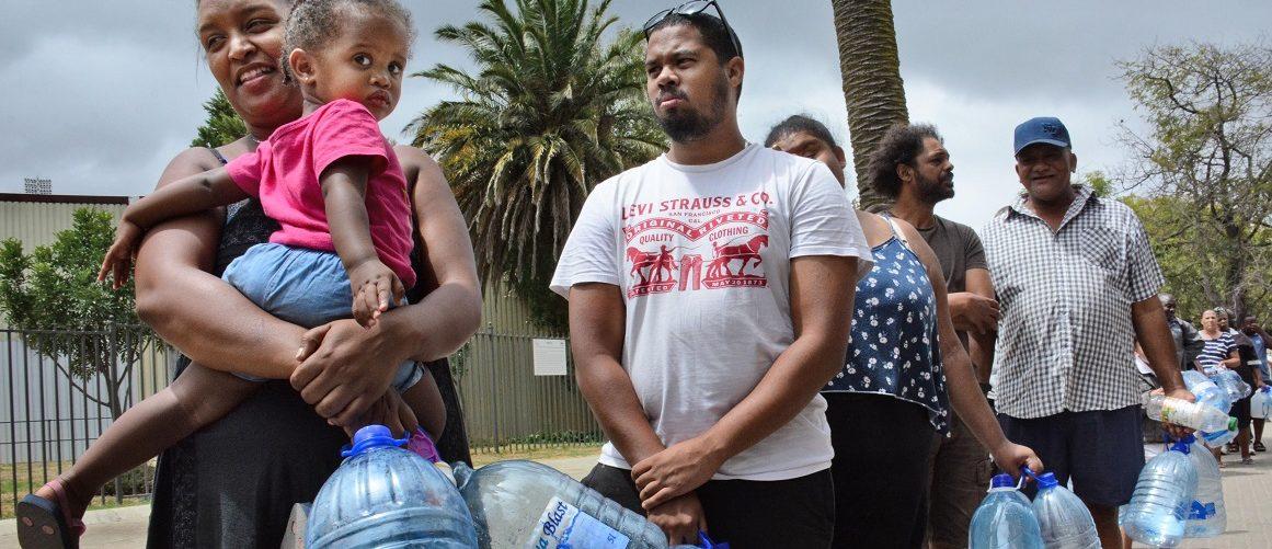 Anwohner stehen mit Gallonen für Wasser an. Die Abschaltung der Wasserversorgung droht Südafrikas Touristenmetropole Kapstadt nach neuestem Stand erst einen Monat später als bislang geplant. Die als «Stunde Null» bezeichnete Abschaltung könne vom 4. Juni auf den 9. Juli verschoben werden, erklärte die Stadtverwaltung am Dienstag. (Foto: -/kyodo/dpa)