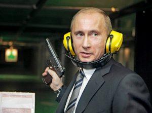 ARCHIV - 08.11.2006, Russland, Moskau: Wladimir Putin, Präsident von Russland, hält eine Pistole an einem Schießstand im damals neune Hauptsitz des russischen Geheimdienstes (Archivfoto vom 08.11.2006). (Foto: epa Tass Pool/ITAR-TASS_POOL/dpa)