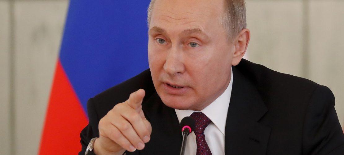 Wladimir Putin, Präsident von Russland, spricht zu Mitarbeitern des Almasow-Medizinforschungszentrums. Foto: Anatoly Maltsev/POOL EPA/AP/dpa