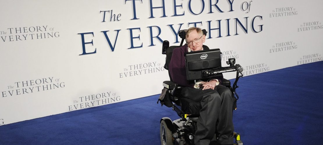 Archiv: Das Bild zeigt den britischen Astrophysiker Stephen Hawking bei der britischen Premiere des Films 'The Theory of Everything'. (Foto: dpa)