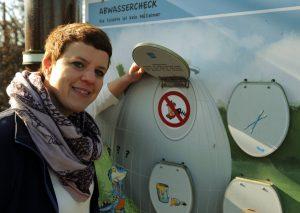 Die Leiterin Veronika Dunkel der Wasserschule Köln erklärt, was nicht ins Abwasser gehört. (Foto: Rakoczy)