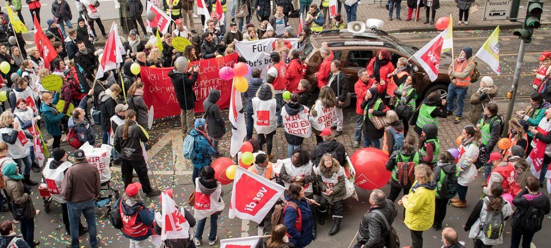 Wenn Menschen streiken, organisieren sie meistens auch Protestaktionen und Demonstrationen - wie hier in Frankfurt am Main. (Foto: dpa)