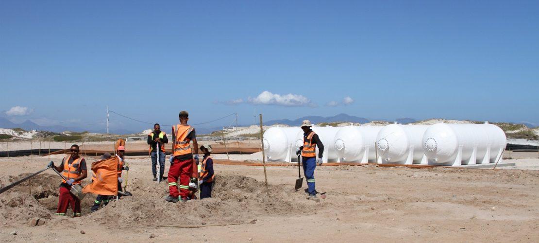 Bauarbeiter arbeiten an der Baustelle einer Meerwasser-Entsalzungsanlage in Strandfontein, einem Vorort von Kapstadt. Die Anlage soll zusätzliches Wasser bescheren. (Foto: Kristin Palitza/dpa)