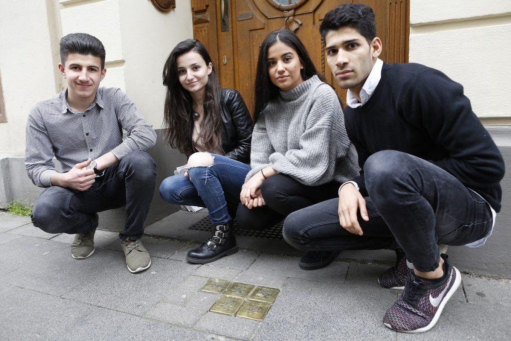 Husam, Dafina, Meslina und Khalid (v.l.n.r.) vor den Stolpersteinen in der Antwerpener Straße (Thomas Banneyer)