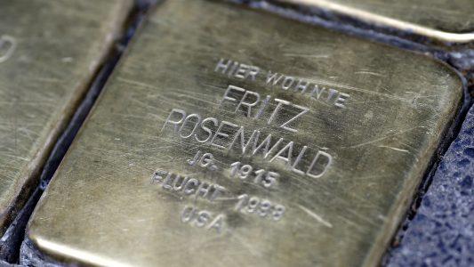 Das ist der Stolperstein von Fritz Rosenwald. Für die kleine Gedenktafel haben Kölner Schüler die Patenschaft übernommen. (Foto: Thomas Banneyer)