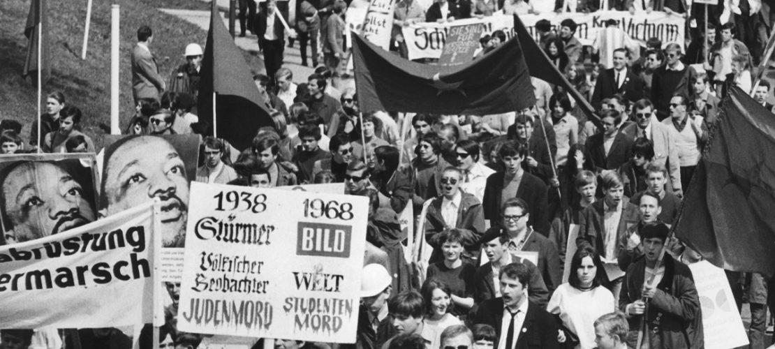 ARCHIV - 15.04.1968, Baden-Württemberg: Teilnehmer des Ostermarsches demonstrieren nach dem Attentat auf den Studentenführer und SDS-Ideologen Rudi Dutschke am 11. April 1968 gegen alle Staatsgewalt und einen Teil der Presse, vor allem gegen den Axel-Springer-Verlag. (Foto: dpa)