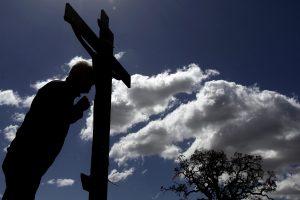 In Griechenland wird die Bibelszene an Ostern oft nachgestellt, wo Jesus vom Kreuz genommen wird. (Foto: dpa)
