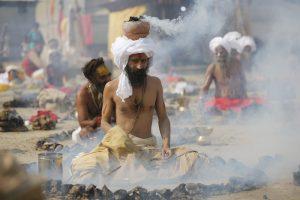 Heilige Hindu-Männer verbrennen am 22.2018 in Allahabad (Indien) während eines Rituals am Triveni Sangam, dem Zusammenfluss der zwei Flüsse Ganges und Yamuna, zur Feier des hinduistischen Frühlingsfests Vasant Panchami während der jährlichen Magh Mela-Feier Kuhmist.