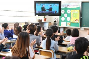 Schüler einer Grundschule schauen die historische Begegnung zwischen dem Machthaber von Nordkorea und dem Präsidenten von Südkorea, die von einer Nachrichtensendung live übertragen wird, im Fernsehen an. (Foto: dpa)