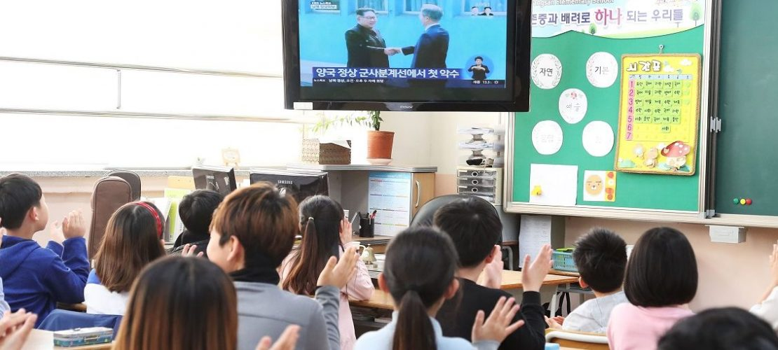 Die Annäherung an Nordkorea ist für alle Südkoreaner derzeit ein wichtiges Thema - auch für die Schulkinder auf diesem Bild. (Foto: dpa)