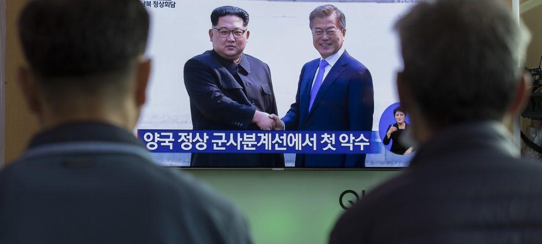 27.04.2018, Südkorea, Seoul: Menschen schauen sich eine Liveübertragung der historischen Begegnung zwischen dem Machthaber von Nordkorea und dem Präsidenten von Südkorea von einem Monitor an. (Foto: dpa)