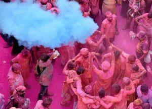 28.02.2018, Indien, Kolkata: Menschen tanzen anlässlich des Holi-Festes und bestreuen sich mit Farbpulver. (Foto: dpa)