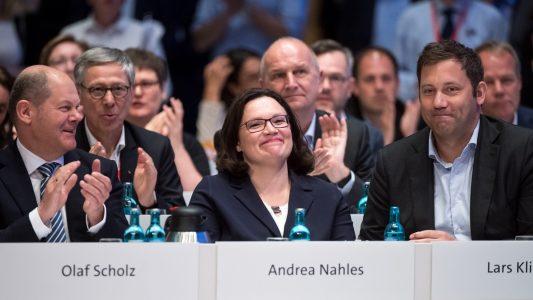 Andrea Nahles (Mitte), Vorsitzende der SPD-Bundestagsfraktion, sitzt beim Außerordentlichen Bundesparteitag der Sozialdemokratischen Partei Deutschlands (SPD) neben Olaf Scholz (links SPD), Bundesfinanzminister, und Lars Klingbeil, SPD-Generalsekretär, als das Wahlergebnis verkündet wird. (Foto: dpa)