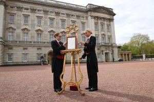 23.04.2018, Großbritannien, London: Zwei Frauen installieren eine goldene Staffelei, auf der die Geburt von Herzogin Kates und Prinz Williams drittem Kind verkündet wird. (Foto: dpa)