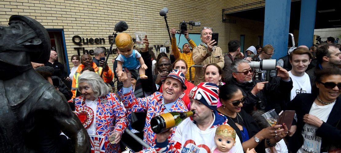 23.04.2018, Großbritannien, London: Fans der britischen königlichen Familie feiern vor der Tür des St. Mary's Hospitals im Londoner Stadtteil Paddington die Geburt von Herzogin Kates und Prinz Williams drittem Kind. (Foto: dpa)
