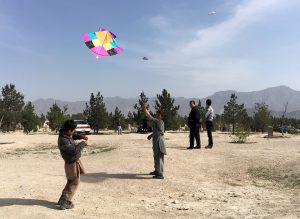 Das Drachenfliegen ist für die Kinder ein richtiger Wettbewerb, erzählt Salim (Fotos: dpa)