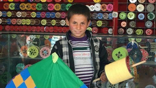 28.03.2018, Afghanistan, Kabul: Der zehnjährige Salim steht in einem Laden für Papierdrachen in der afghanischen Hauptstadt Kabul.