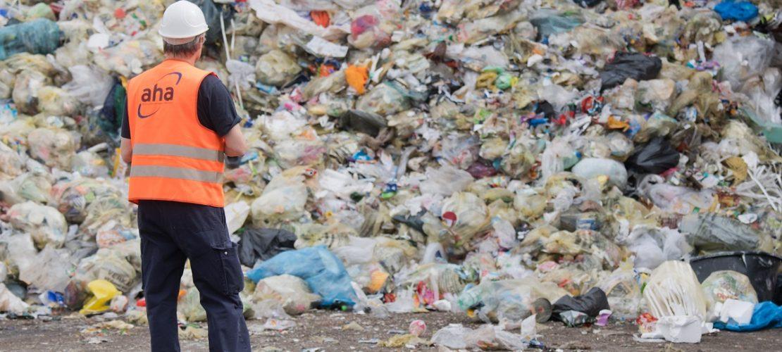 ARCHIV - 16.04.2018, Niedersachsen, Hannover: Leichtverpackungen und Gelbe Säcke liegen auf einer Deponie vom «aha Zweckverband Abfallwirtschaft Region Hannover». (Foto: dpa)
