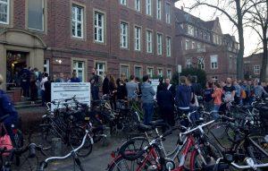 Menschen warten vor dem Universitätsklinikum darauf, Blut für die Verletzten zu spenden. (Foto: dpa)