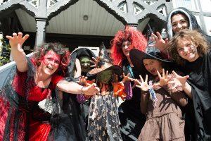 Als Hexen kostümierte Frauen feiern am 30.04.2017 bei der Walpurgisfeier in Bad Grund (Niedersachsen). (Foto: dpa)