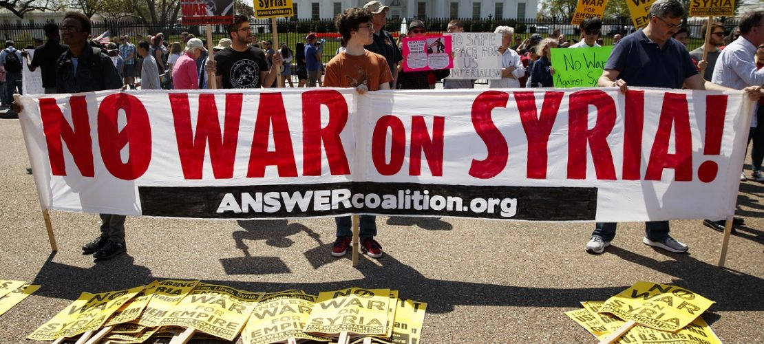 14.04.2018, USA, Washington: Demonstranten protestieren vor dem Weißen Haus mit Transparenten, um sich gegen einen Krieg in Syrien auszusprechen. (Foto: dpa)